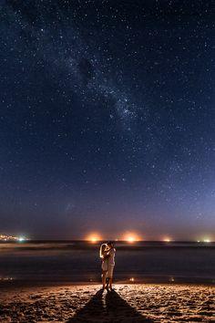 Idéia para Foto de Casal na Praia com noite Estrelada.
