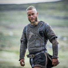 Ragnar Lothbrok (Travis Fimmel) on Vikings Ragnar Lothbrok Vikings, Ragnar Lothbrook, King Ragnar, Roi Ragnar, Vikings Tv Show, Vikings Tv Series, Costume Viking, Viking Cosplay, Vikings Travis Fimmel