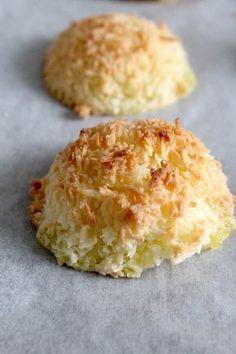 Kokosmakronen, in 15 min klaar. Met weinig ingrediënten! | Nodig (8-10 stuks): 1 ei, 80 gram (kokosbloesem)suiker, 120 gram kokos, snuf zout & snuf bakpoeder