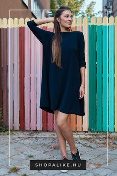 A fekete ruha egyike az örök klasszikusoknak, amiket bármikor bevethetsz. Bár általában az elegánsabb alkalmakkal azonosítjuk őket, a lezserebb fazonokat akár a hétköznapokon is bátran viselheted. Kedveltek most például a pólóruhák, ingruhák, dzsörzéruhák, kötött ruhák és midiruhák. A kiegészítőkkel még inkább ráerősíthetsz a lezser hatásra. Válassz a ruhához kényelmes tornacipőt, balerinacipőt vagy lapos csizmát, illetve minimális ékszert. #feketeruha #őszidivat #outfittipp… Parka, Dresses, Fashion, Vestidos, Moda, Fashion Styles, Dress, Fashion Illustrations, Gown