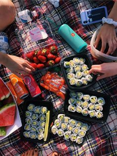 Aesthetic food - n healthy ☽☀️︎ Dessert Sushi, Dessert Food, Comida Picnic, Clean Eating, Healthy Eating, Dinner Healthy, Healthy Summer, Food Goals, Summer Picnic