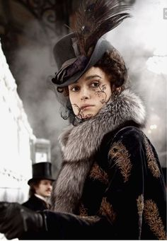Keira Knightley as Anna Karenina 2012 ~~~ Anna Karenina – her on-screen wardrobe is, frankly, incredible. Oscar-nominated costume designer Jacqueline Durran (Pride & Prejudice, Atonement) is the creative mind behind it. Keira Knightley, Keira Christina Knightley, Period Costumes, Movie Costumes, Costume Hats, Iconic Dresses, Hollywood, Love Hat, Geisha