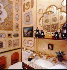Cuarto de baño invitados con paredes forradas en incrustaciones de varios mármoles.