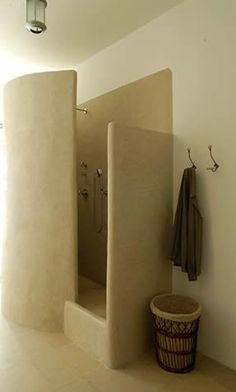 This Cob House: Cob House & Natural Building Designs Random! I was in a shower just like this in South Africa. Not what I actually want for a house, just a memory Maison Earthship, Earthship Home, Cob Building, Building A House, Green Building, Adobe Haus, Beton Design, Concrete Bathroom, Concrete Shower