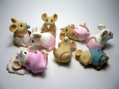 Baby Mice from clay Polymer Clay Figures, Polymer Clay Animals, Polymer Clay Dolls, Polymer Clay Projects, Polymer Clay Creations, Clay Figurine, Clay Design, Clay Tutorials, Clay Charms