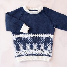 Bluum strikkegenser- Rever på isen - i Zarina - Bluum Baby Sweater Knitting Pattern, Baby Knitting Patterns, Knitting Designs, Baby Barn, Fair Isle Knitting, Baby Sweaters, Sewing For Kids, Baby Gifts, Men Sweater