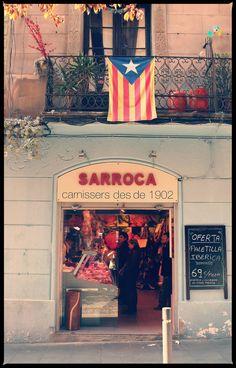 """Barrio de Gracia, Bcn. Banderas que muestran la identidad de un """"pueblo""""."""
