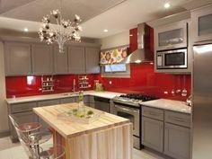 gemütliche schöne küche mit roten wänden