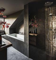 Metamorfose in Laren, ontworpen door de architecten en styli Serene Bathroom, Bathroom Interior, Modern Bathroom, Minimal Bathroom, Large Bathrooms, Small Bathroom, Unusual Bathrooms, Attic Bathroom, Bathroom Mirrors