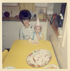 A goofy grandma? Take a gander at this funny new collection of Bad Family Photos. Vintage Pictures, Vintage Images, Vintage Colors, Retro Vintage, Creepy Vintage, Retro Baby, Vintage Hair, Bad Family Photos, Kitsch