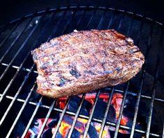 """Het Bavette recept is uit Julius Jaspers onlangs verschenen boek """"smart BBQ"""" hierin laat topchef Julius Jaspers zien hoe gevarieerd en lekker barbecueën kan zijn."""
