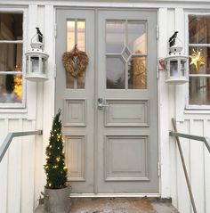 Our front door at Christmass time Paint Color Inspiration, House Styles, Summer House, Little House, House Goals, Front Door, Christmas House, Exterior Remodel, Doors