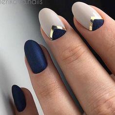 Синие матовые ногти с постельными