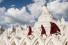 Categoria: Viagem - Foto de Sergio Carbajo Rodriguez - Crianças budistas brincam na Hsinbyume Pagoda, no Myanmar
