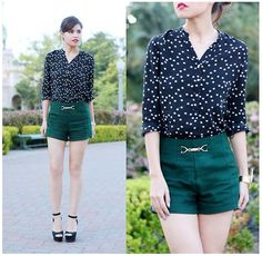 Shorts verde esmeralda y tacones altos, ¡la dupla perfecta!