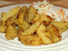 Kytičkový den - Opečené brambory s česnekem a bylinkami. brambory uvaříme ve slupce ,pak je oloupeme a nakrájíme na měsíčky,dáme na pánev s minimálním množství oleje ,osolíme ,opepříme, přidáme prolisovaný česnek a bylinky .Opečeme . Delena, I Foods, Potato Salad, Food And Drink, Potatoes, Cooking, Ethnic Recipes, Kitchen, Potato