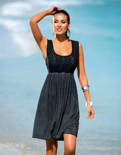 Das knielange Strandkleid mit breiten Trägern: ein feminines Kleid im aussagestarken Materialkontrast.