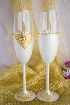 GOLD Wedding Glasses Toasting Flutes Champagne Flutes Toasting Glasses Set Bride and Groom 2pcs These beautiful wedding toasts, suitors, and the bride will really perform at your wedding ceremony. Wedding glasses are elegantly decorated with gold filigree and crystals. A