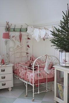 (via Rooms of inspiration / cottage Christmas bedroom) Cottage Christmas, Christmas Bedroom, Country Christmas, Merry Little Christmas, Christmas Love, All Things Christmas, Deco Kids, Vibeke Design, Beautiful Bedrooms