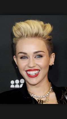 Miley Cyrus, Katy Perry, and Madonna are just a few of the celebrities who've jumped don the grillz train and added some bling to their smiles Gold Grill, Girls With Grills, Rihanna, Madonna, Girl Grillz, Grills Teeth, Celebrity Smiles, Celebrity News, Miley Cyrus News