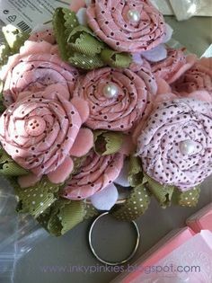 Fabric Flower Keychains Then grab your hot glue gun, a strip of Designer Fabric, and a scrap of ribbon and whip up one of these rosettes. Fabric Ribbon, Fabric Crafts, Sewing Crafts, Sewing Projects, Cloth Flowers, Lace Flowers, Felt Flowers, Fabric Flowers, Arts And Crafts