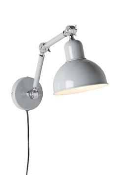 i lackad metall med ställbar arm, 63 cm från vägg. E27. Max 40W. Skärm Ø 18,2 cm.