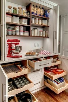Home Interior Vintage Top tips on how to reduce clutter in the kitchen drawers. Organize and declutter kitchen action steps. space saving products for kitchen drawers. Best kitchen drawer organizing ideas even if you are on a budget. Organizing must haves Clever Kitchen Storage, Kitchen Pantry Design, New Kitchen, Family Kitchen, Clever Kitchen Ideas, Kitchen Modern, Rustic Kitchen, 10x10 Kitchen, Cheap Kitchen