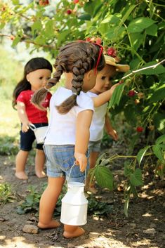 What better way to spend the morning than picking some ripe berries? The dolls at Simply Dollightful seem to agree.