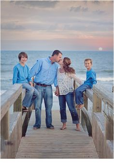 39 Lovely Beach Family Photos [+Clothing Ideas ] Family is the most important thing in the world. We love to go and remember our family vacations with lovely photos in our family photo album. Family Beach Poses, Family Beach Portraits, Family Picture Poses, Beach Family Photos, Family Photo Album, Family Photo Outfits, Family Posing, Beach Photos, Family Pics