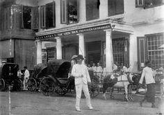Rijtuigen voor de firma Tan Tjoengwan in Soerabaja 1890 (Collectie Tropenmuseum) Tans, Surabaya, Old Pictures, Street View, Painting, Sun Tanning, Antique Photos, Painting Art, Old Photos