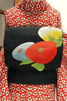 黒の地にふわりと丸い水玉のような光琳菊が織り出された開き名古屋帯です。