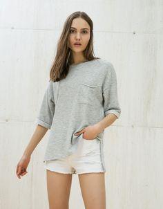 Sudadera oversize manga corta roll up. Descubre ésta y muchas otras prendas en Bershka con nuevos productos cada semana
