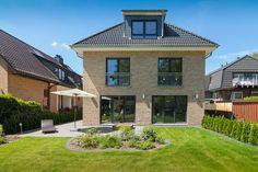 Moderne Stadtvilla als Zweifamilienhaus mit Klinker Fassade & Walmdach Architektur - ECO Doppelhaus Duo Hamburg Massivhaus - HausbauDirekt.de