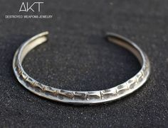BRACELET JONC CROCO. Destroyed weapons jewelry. Unisexe bracelet, stainless steel from destroyed weapons metal.