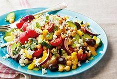 Máte rádi saláty? Ochutnejte ten ze sterilované cizrny, okurky, paprik, cherry rajčátek a červené cibule s pikantní sladkokyselou zálivkou v řeckém stylu, ve kterém nechybí olivy a sýr feta. Kung Pao Chicken, Cobb Salad, Ethnic Recipes, Food, Red Peppers, Essen, Meals, Yemek, Eten