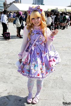 so pretty :) Lolita's are always so lovely and I look up to them because I know it is expensive to dress like this and takes a lot of imagination to put these pieces together