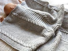 Cette couverture bébé est tricotée à la main en maille épaisse, point fantaisie torsades, en fils acryliques très doux.    Elle protégera votre petit ange à la maison et  - 15835972