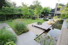 www.hendrikshoveniers.nl Achtertuin - Moderne achtertuin - Tuinen - Strakke tuin - Tuin ontwerp - Tuin aanleg - Vijver - Strakke vijver - Tuinafscheiding - Waterplanten - Gras - Leibomen - Modern huis -