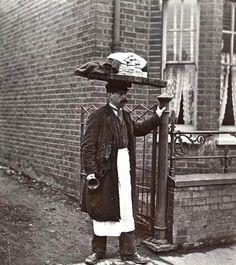 L'homme qui vend des muffins, à Londres, en 1910