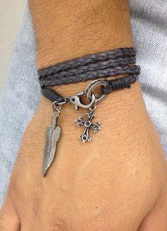 Pulseira de couro trançado na cor preto, com 4 voltas, com detalhes em cordão encerado na cor preto, fecho lagosta em banho grafite e pingente de crucifixo. Pode também ser usado como colar.