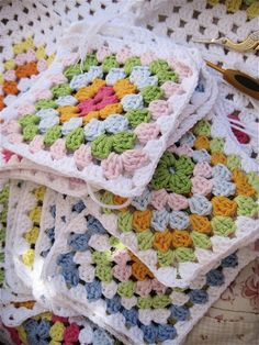 Discover recipes, home ideas, style inspiration and other ideas to try. Crochet Blocks, Crochet Squares, Crochet Granny, Crochet Motif, Crochet Stitches, Knit Crochet, Crochet Patterns, Granny Squares, Love Crochet