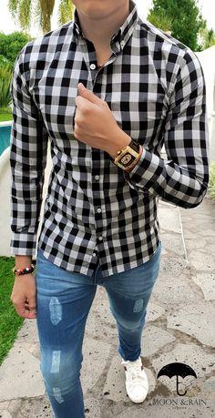 camisa slim fit blanca de cuadros grandes grises y negros, jeans de mezclilla, pulseras y reloj macramé, tenis… Checkered Shirt Outfit, Plaid Shirt Outfits, Casual Outfits, Stylish Men, Men Casual, Man Dressing Style, La Mode Masculine, Mens Clothing Styles, Menswear