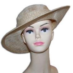 chapeau de cérémonie de couleur naturel