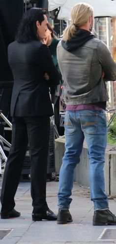 Tom Hiddleston and Chris Hemsworth on the set of 'Thor: Ragnarok' in Brisbane, Australia on August 21, 2016. Source: Torrilla, Weibo. Click here for full resolution: http://ww4.sinaimg.cn/large/6e14d388gw1f728x5lvhlj21hc0zkwoo.jpg