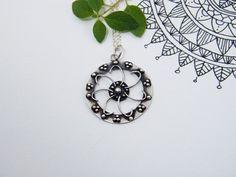 Silver Mandala Pendant Flower's Inspiration. por PuntoPausa en Etsy