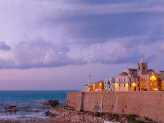 Borgo vecchio di Termoli, illuminata di sera ... atmsfera magica e romantica, affacciata sui colori e profumi del mare Adriatico.  Termoli, old town and trabocchi  Di _silent