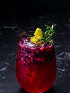 Gin Tonic mit Brombeere und Rosmarin-Zitronen Sirup