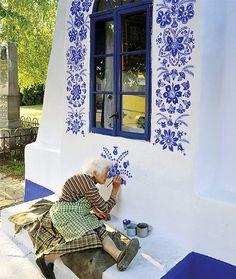 87letá lidová malérečka Anežka Kašpárková i letos vyzdobí kapličku v Louce. Dělá to skoro 40 let