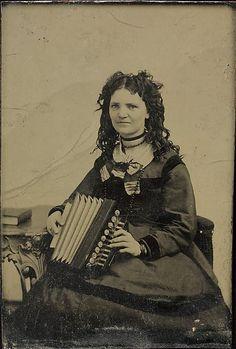 Porträt einer Frau, die ein Akkordeon hält, circa 1860. Stichworte: #Accordion, #Art, #Photography, #Vintage