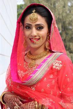 Sikh Wedding Brides - Coral Pink Net Dupatta with a Hot Pink Lehriya Border, matching with Gold Nath and Gold Bridal Jewelry | WedMeGood | #wedmegood #bridal #jewelry #sikh #bride